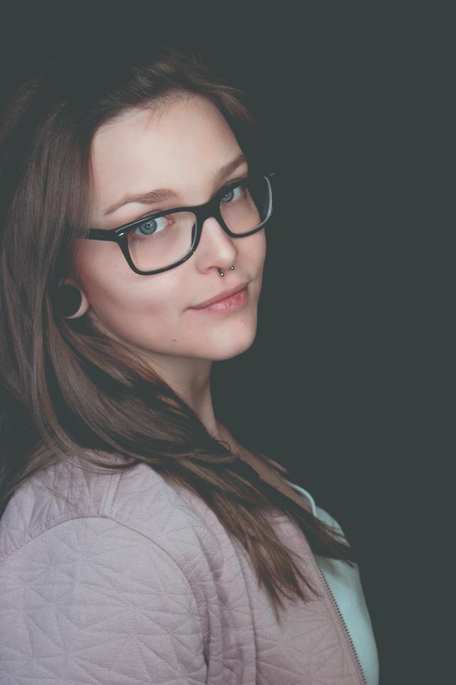 Portrait einer jungen Frau mit Brille und Septum aufgenommen im Studio von Blickwinkel Fotografie Vanessa von Wieding in Emmerthal