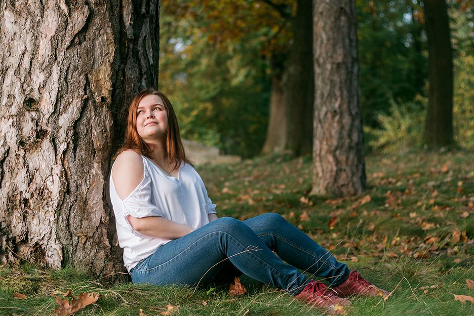 Portrait einer jungen Frau aufgenommen an einem Baum im Ohrbergpark Ohr/Emmerthal/Hameln im Herbst
