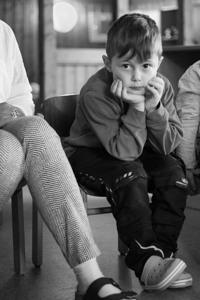 Portrait (schwarz-weiß) eines Jungen aus einer Kindergartenreportage/Kindergartenfotografie in Grupenhagen bei Hameln