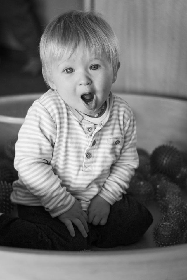 Portrait eines sich freuenden Jungen (Krippe) aus einer Kindergartenreportage/Kindergartenfotografie in Grupenhagen bei Hameln