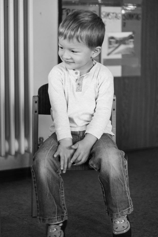 Portrait eines lächelnden Jungen aus einer Kindergartenreportage/Kindergartenfotografie in Grupenhagen bei Hameln