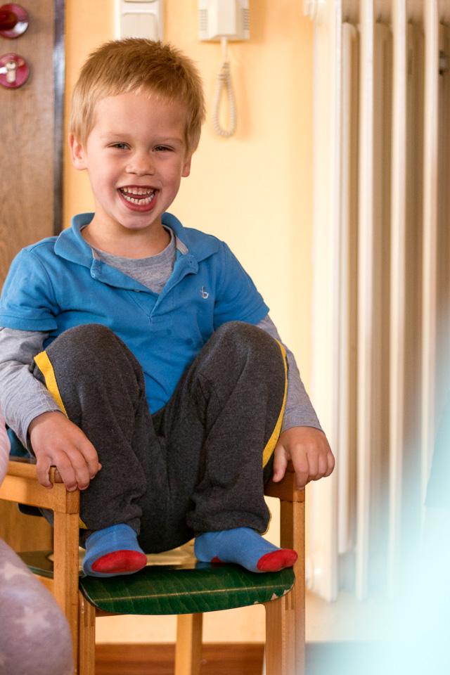 Portrait eines herzlich lachenden Jungen aus einer Kindergartenreportage/Kindergartenfotografie in Grupenhagen bei Hameln