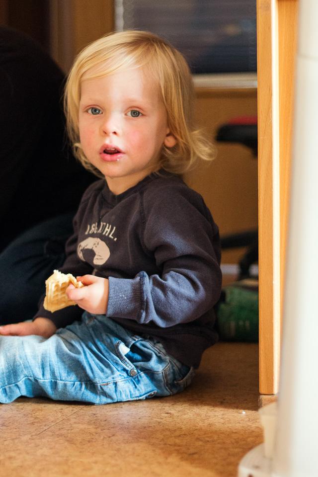 Portrait eines Jungen, der eine Waffel isst, aus einer Kindergartenreportage/Kindergartenfotografie in Grupenhagen bei Hameln