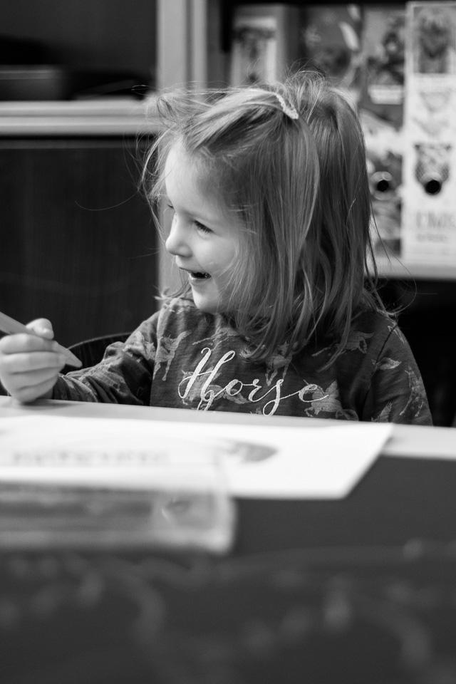 Portrait eines malenden Mädchens aus einer Kindergartenreportage/Kindergartenfotografie in Grupenhagen bei Hameln