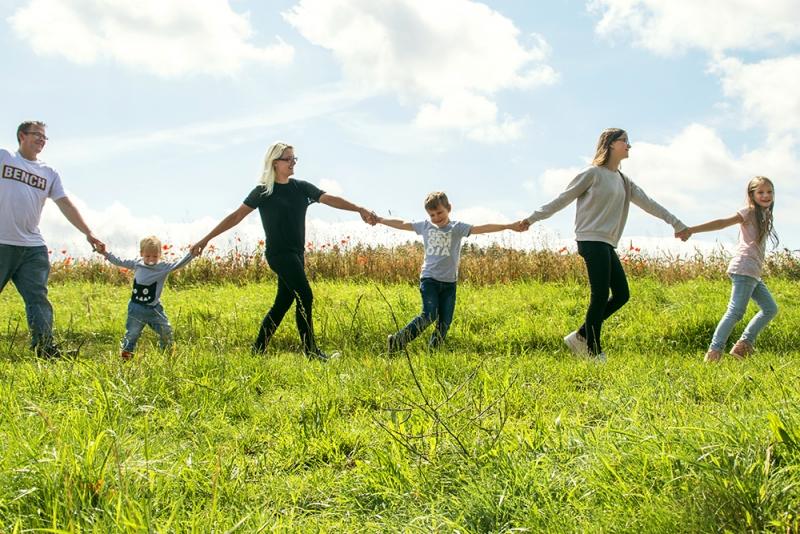 Schnupperangebot Blickwinkel Fotografie Vanessa von Wieding: Familienfoto mit sechs Personen am Feld