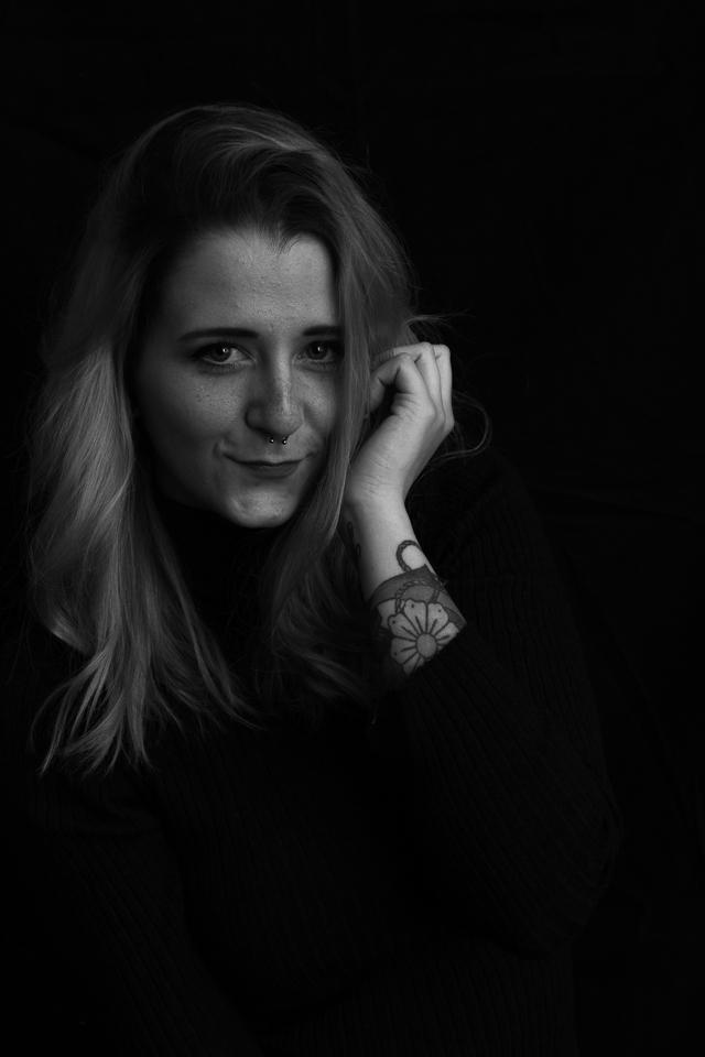 Emotionsshooting: Portrait von Anni Zimmermann in schwarz-weiß aufgenommen von Blickwinkel Fotografie Vanessa von Wieding in Emmerthal bei Hameln